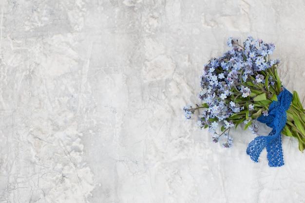 Un bouquet de oublie moi pas et ruban de dentelle Photo Premium