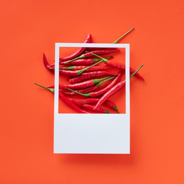 Un bouquet de piments rouges Photo gratuit