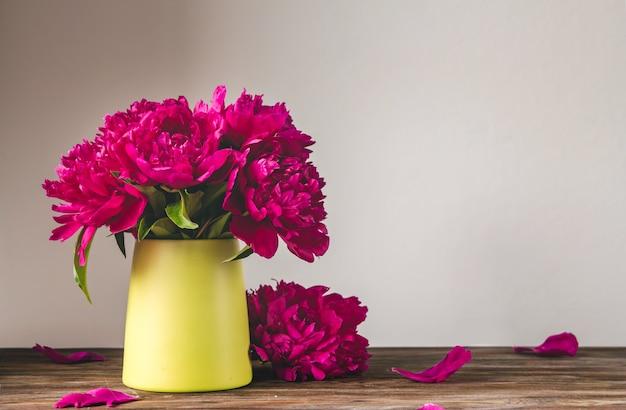 Bouquet De Pivoines Rose Vif Dans Un Vase Photo Premium