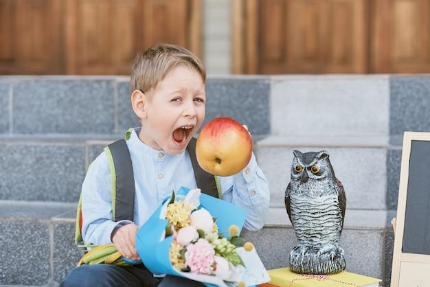 Un Bouquet Pour Le Premier Professeur Bien-aimé Le Premier Septembre. Fleurs Pour La Dernière Cloche. Journée De Connaissance. Début De L'année Scolaire Photo Premium