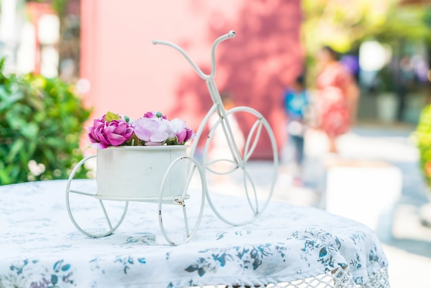 Bouquet Rose Sur Table Photo gratuit