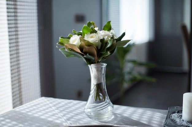 Bouquet De Roses Blanches Dans Un Vase En Cristal Photo Premium