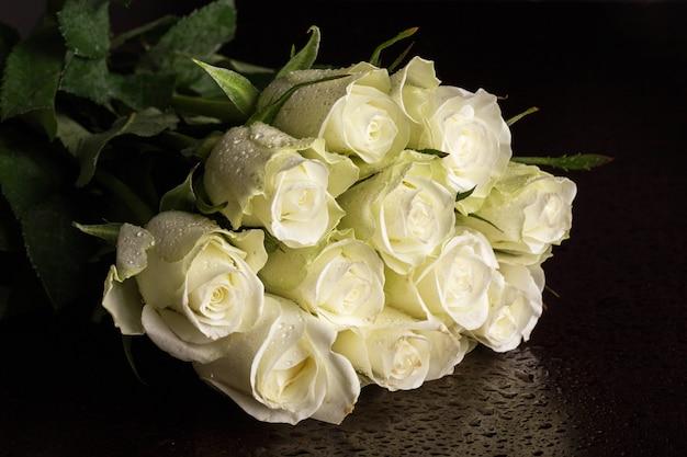 Bouquet de roses blanches Photo gratuit