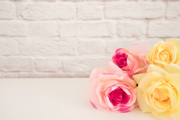 Bouquet de roses sur un bureau blanc Photo Premium