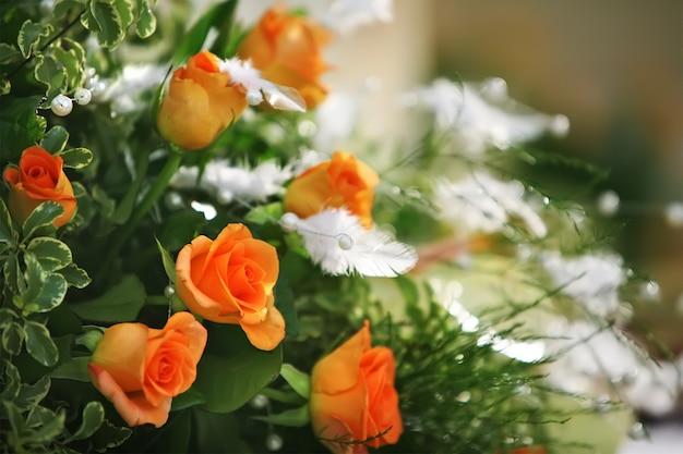 Un bouquet de roses avec de petites fleurs Photo Premium
