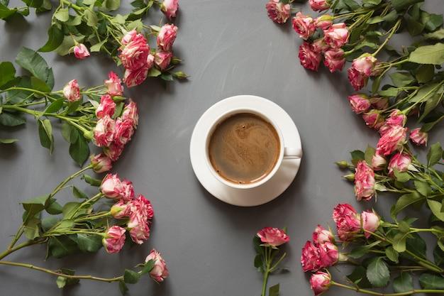 Bouquet de roses roses du bush et tasse de café Photo Premium
