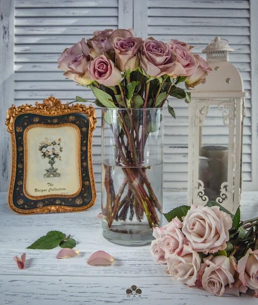 Bouquet de roses roses sur la table Photo gratuit