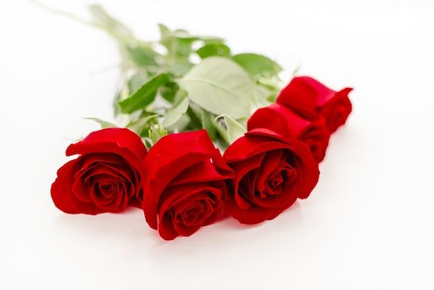 Bouquet de roses rouges avec un ruban rouge. Photo Premium