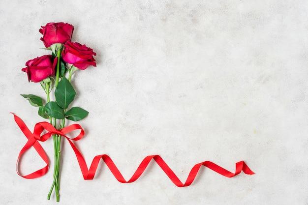 Bouquet De Roses Rouges Avec Ruban Photo gratuit