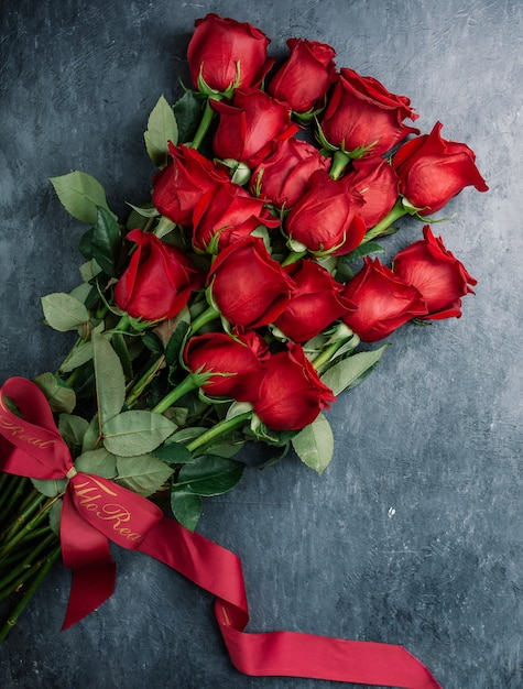 Bouquet de roses rouges sur la table Photo gratuit