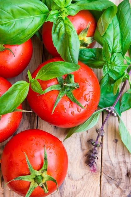 Bouquet de tomates organiques colorées mûres fraîches avec des gouttes d'eau Photo Premium