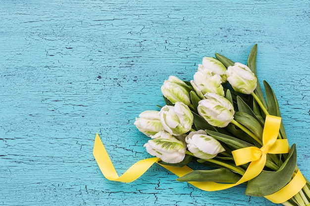 Bouquet de tulipes blanches avec ruban jaune Photo Premium