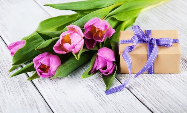 Bouquet de tulipes et coffret cadeau Photo Premium