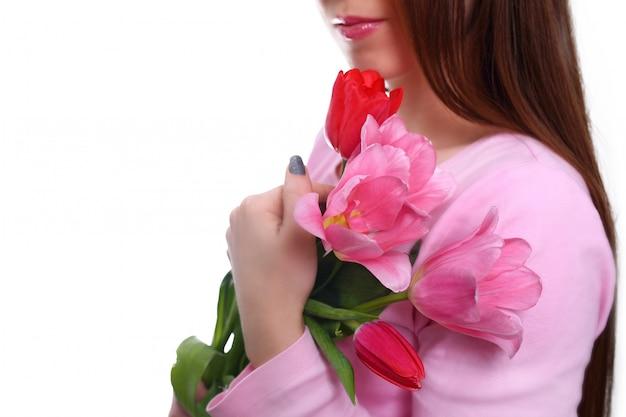 Bouquet de tulipes dans les mains de la femme. 8 mars. isolé sur blanc Photo Premium