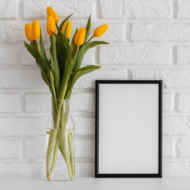 Bouquet De Tulipes Dans Un Vase Transparent Avec Cadre Vide Photo gratuit