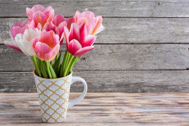 Bouquet de tulipes sur fond de béton Photo Premium