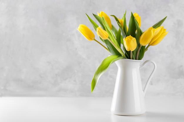 Bouquet de tulipes jaunes Photo Premium