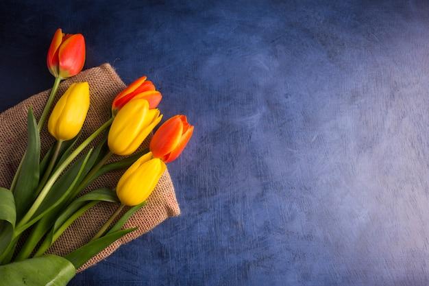 Bouquet de tulipes lumineuses sur table Photo gratuit