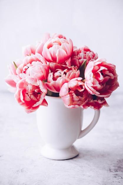 Bouquet De Tulipes Printanières Dans Un Vase Sur Fond Shabby Chic Photo Premium