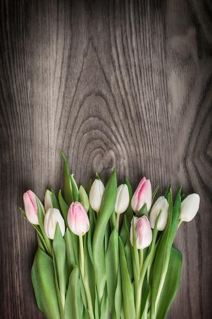 Bouquet De Tulipes De Printemps Sur Bois Photo gratuit