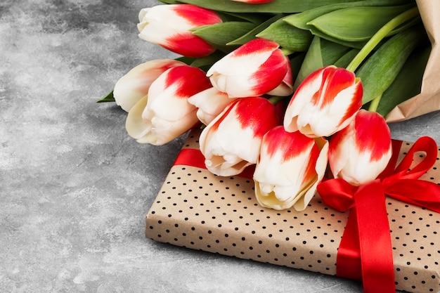 Bouquet De Tulipes Roses Blanches Sur Fond Gris. Espace Copie Photo Premium