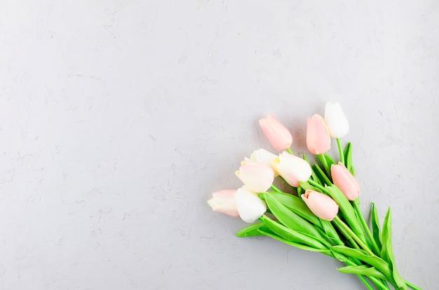 Bouquet de tulipes roses claires sur un béton gris Photo Premium