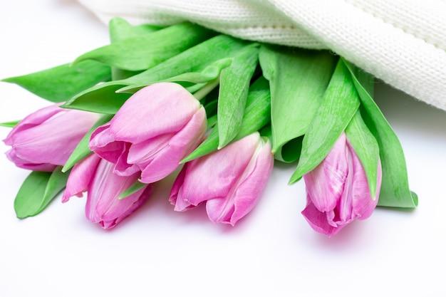 Bouquet de tulipes roses coupées sur fond tricoté blanc se bouchent Photo Premium