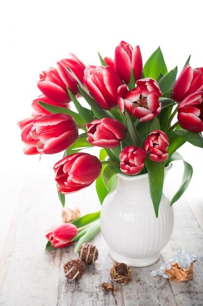 Bouquet de tulipes roses dans un vase sur fond blanc Photo Premium