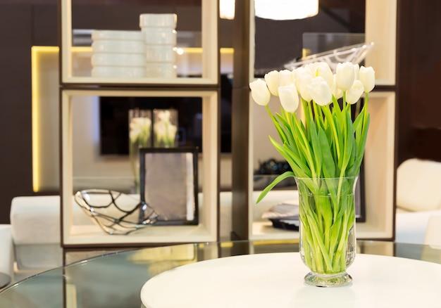 Bouquet De Tulipes Sur La Table Photo Premium