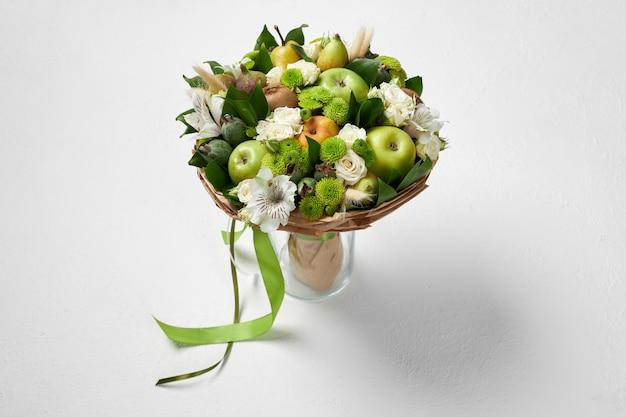 Bouquet Vert Unique De Fruits Et De Fleurs En Cadeau Photo Premium