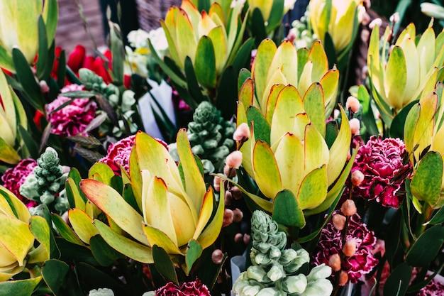 Bouquets De Fleurs Colorées Nixed Sur Le Marché De Rue, Soft Focus Photo Premium