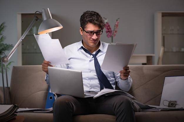 Bourreau de travail homme d'affaires travaillant tard à la maison Photo Premium