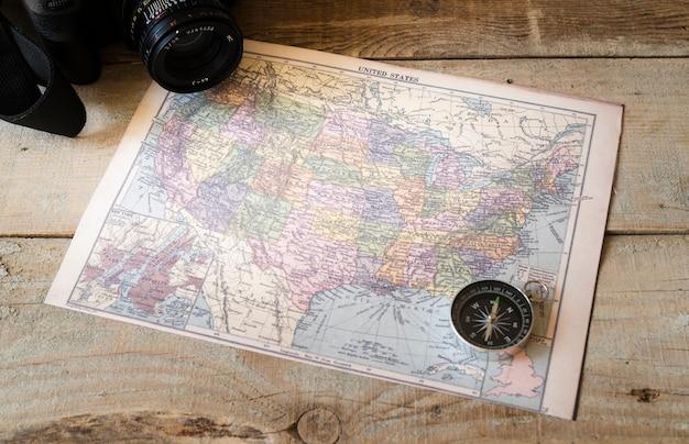 Boussole sur la carte de l'amérique du nord Photo gratuit