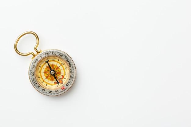 Boussole d'or antique isolé sur fond blanc Photo Premium