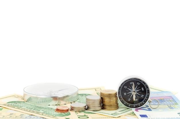Boussole et pièces sur les billets en euros euro et dollar Photo Premium