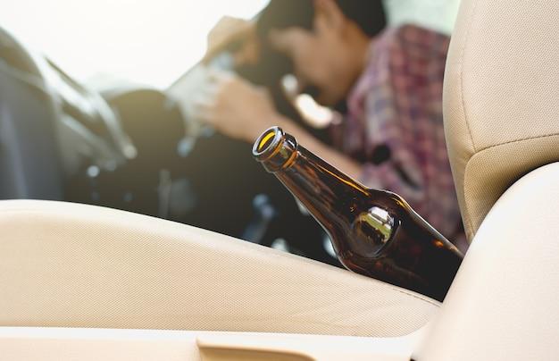 Bouteille d'alcool en voiture. Photo Premium