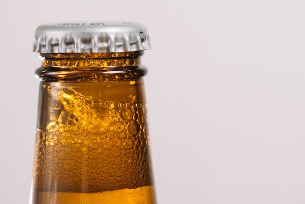Bouteille de bière avec bouchon Photo gratuit
