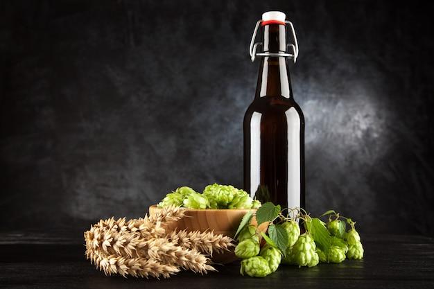 Bouteille de bière sur fond sombre Photo Premium