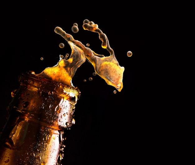 Bouteille De Bière Avec Une Goutte D'eau Tombant Photo Premium