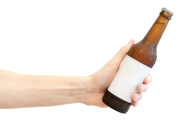 Bouteille de bière en verre brun avec une étiquette vierge blanche dans la main des hommes isolée on white Photo Premium