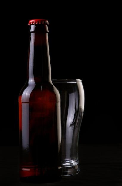 Bouteille de bière et verre Photo gratuit