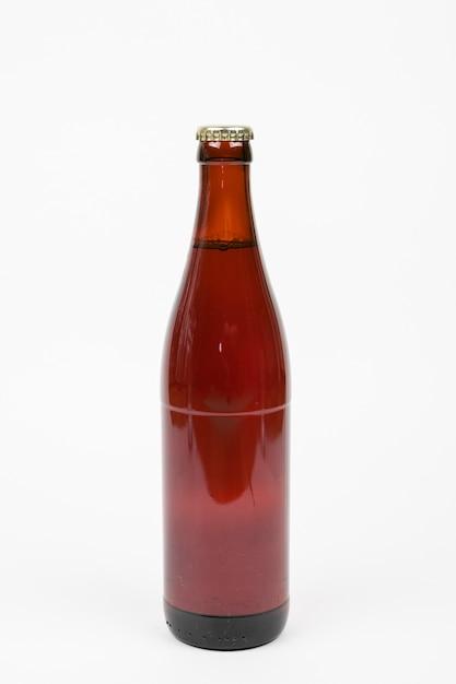 Bouteille de bière vue de face sur fond blanc Photo gratuit