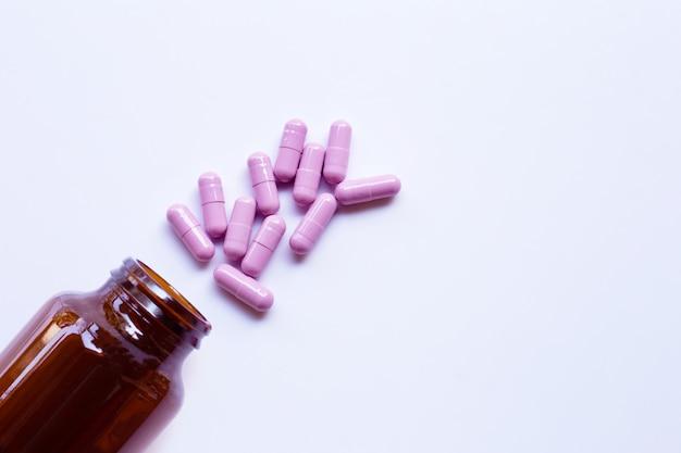 Bouteille avec des capsules de médecine pourpre Photo Premium