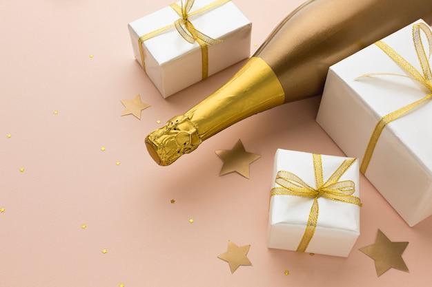 Bouteille De Champagne à Angle élevé Avec Des Cadeaux Photo gratuit