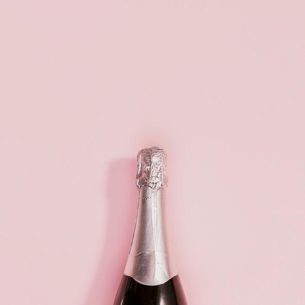 Bouteille de champagne avec bouchon d'argent au nouvel an Photo gratuit