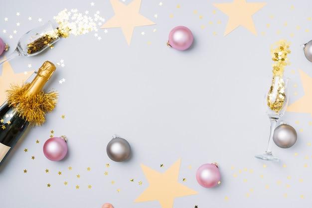 Bouteille de champagne avec des boules sur la table Photo gratuit