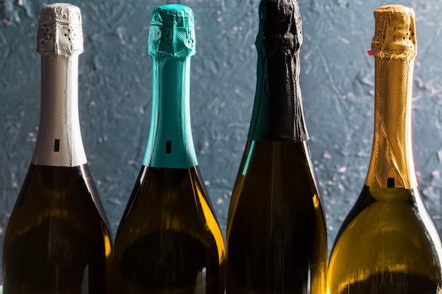 Bouteille de champagne dans le noir Photo Premium