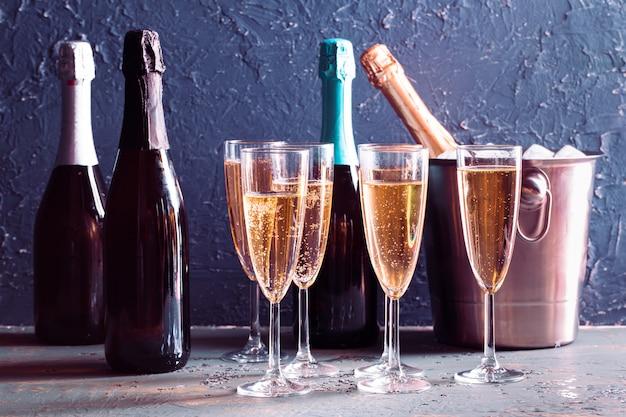 Bouteille De Champagne Dans Seau Avec Glace Et Verres De Champagne Photo Premium