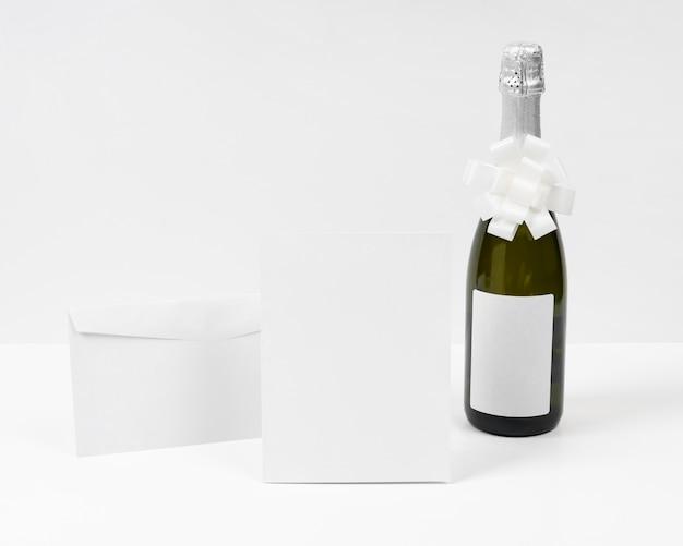Bouteille De Champagne Avec Noeud Blanc Photo gratuit