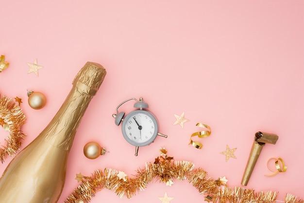 Bouteille De Champagne Avec Réveil Et Espace Copie Photo gratuit